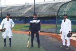 L'oncologo Marcello Tiseo lanciatore per il Parma Baseball nella campagna di prevenzione contro il fumo