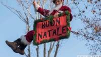 """A Natale si potrà invitare solo il """"Babbo"""" appeso al balcone."""