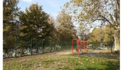 Nuova siepe e nuova recinzione, il parco giochi del Pubblico Passeggio riapre al pubblico